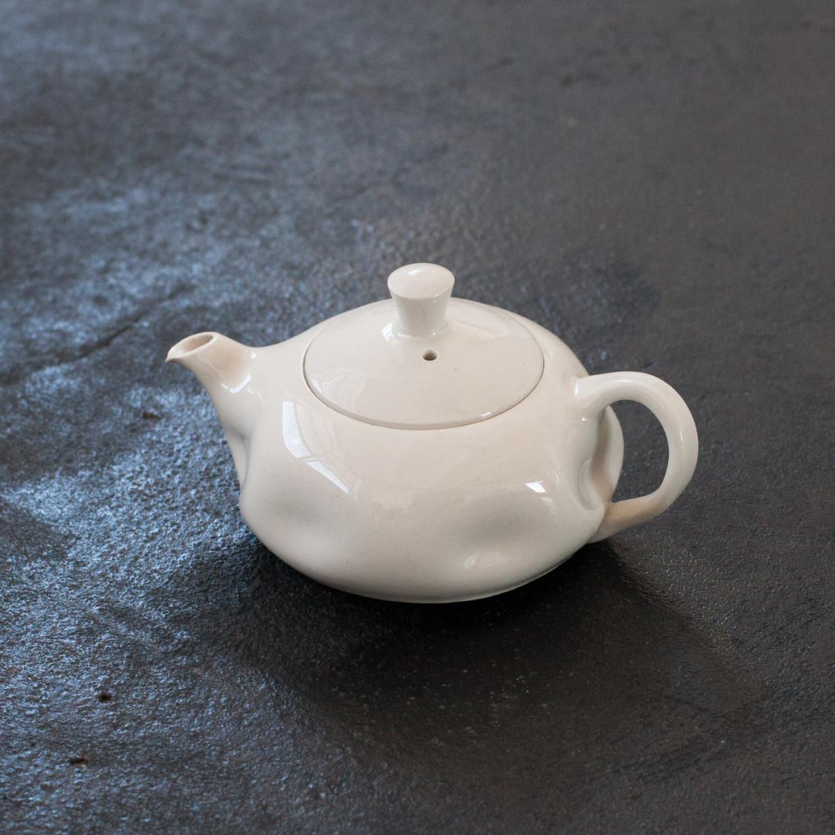 Milan vasek porcelainteapot