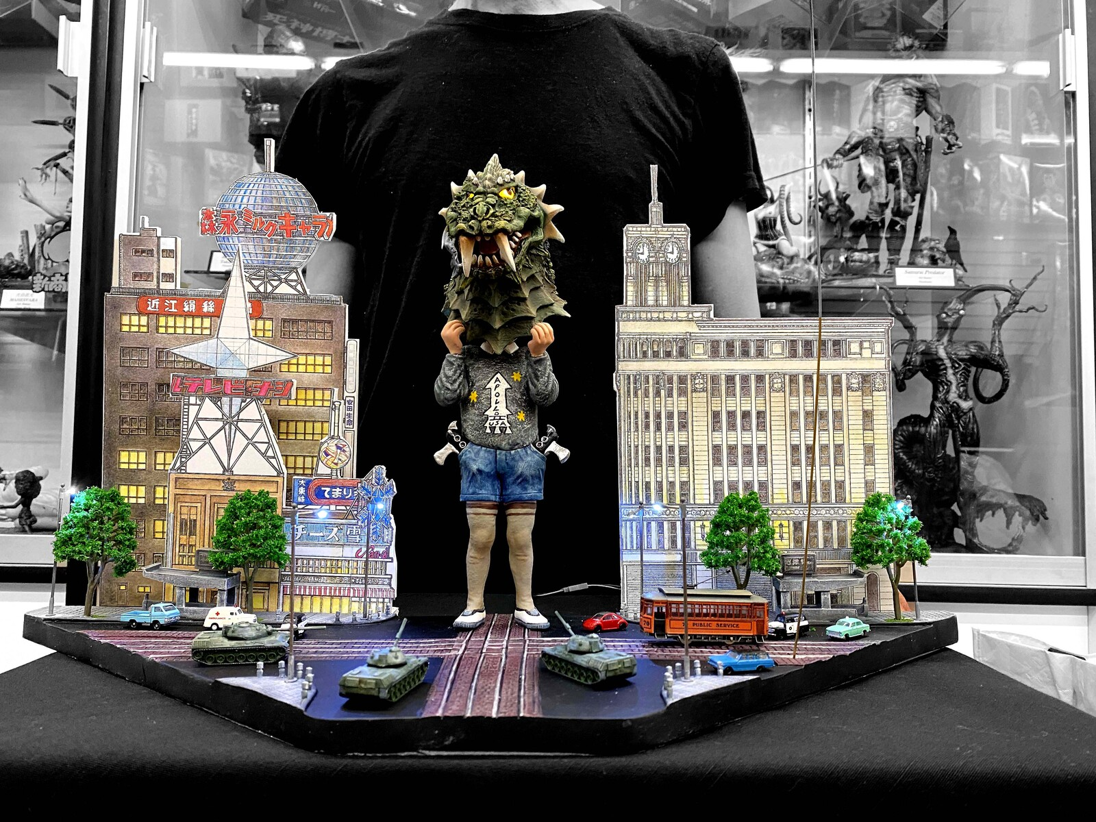 Pseudo appears!  Ginza 4-chome intersection of offense and defense Art Statue  https://www.solidart.club/
